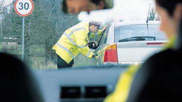警方停在5000多个驾驶员的车道摇动和尾随