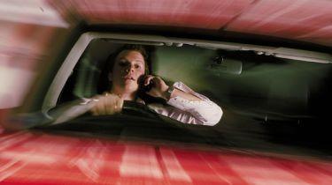 驾驶者抓住了手机面对更高的惩罚