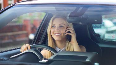 在车轮上使用手机看到的五百万司机