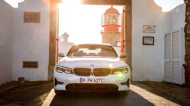 新的BMW 330E旅游插件混合动力车加入2020年的沙龙
