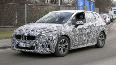新的2021 BMW 2系列活动旅行器夹在相机上
